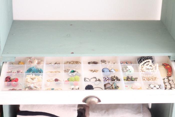 セリアにもそのままアクセサリー収納に使える、便利な仕切りボックスがありますよ。 1ケース8マスとコンパクトサイズ、そして浅型なので収納しやすく、小さなパーツにもちょうど良い♪