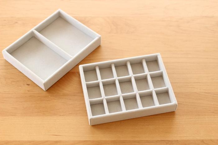 無印良品には、重なるアクリルケースのインナーボックスとして使用できる、ベロア素材の仕切りもあります。 セットで使えば、それだけで立派なアクセサリーボックスに。  大振りなアクセサリーやヘアアクセサリーを入れやすい「ベロア内箱仕切・縦」と、ピアスやリングの収納に最適な「ベロア内箱仕切・格子」。