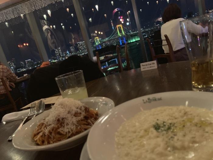 窓側の席なら夜景もバッチリ◎パスタやピザなどおいしいイタリアンがお手頃価格でいただけるとあって、デートや女子会でもよく使われています。インスタ映えするかわいいスイーツもおすすめですよ♪