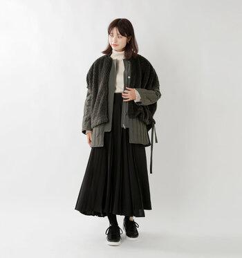 ダウンコートにボアベストをonした個性的なスタイルです。同色なので馴染ませやすく、素材の違いによる見た目の変化を楽しめます。ボトムスにやわらかなワイドスカートをもってくれば、女性らしさがぐっとUP。