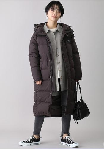 雪が降るような寒い日は、どうしてもおしゃれがおろそかになりがち。防寒性重視のロングダウンには、襟の高いステンカラーコートをinして大人っぽさをプラス。全体を通してラフな印象の強いスタイルですが、きちんと感を忘れない大人女子にぴったりのバランスを保てます。