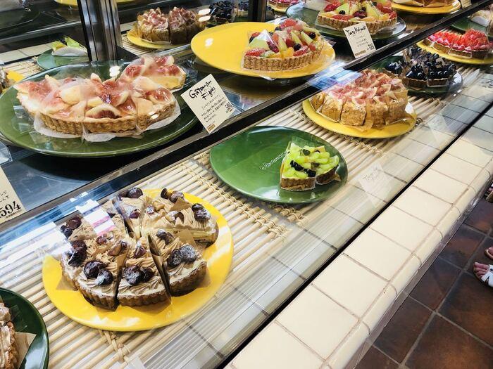 ガラスのショーケースには、旬のフルーツで彩られたタルトやケーキがずらり。注文前にケーキを選ぶ際、目で見て確かめられるのがいいですね。