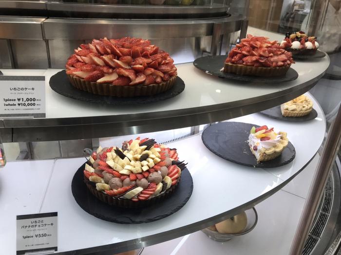 上でご紹介した「ハーブス」は何層にもかさねたケーキが特徴的でしたが、こちらの「カフェ・コムサ」はタルト系のケーキで有名。  スポンジ系ケーキより、フルーツの美味しさをたっぷり詰め込んだタルト目的で訪れたいカフェです。