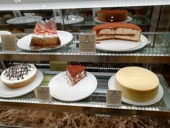 フルーツたっぷりの生クリームケーキや、タルトっぽいケーキ、しっとりしたチーズケーキ、何層にもなっているミルクレープ、濃厚なチョコレートケーキなど、様々な個性のケーキがずらり。