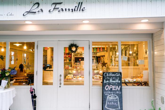 池袋で唯一のシフォンケーキ専門店が「ラ・ファミーユ」。創業から20年以上という、池袋エリアのなかでも、しっかりと安定の評価を誇るケーキ屋さんです。添加物不使用で、素材をいかしたやさしい美味しさが人気。食べログのTOP5000にも選ばれていますよ。