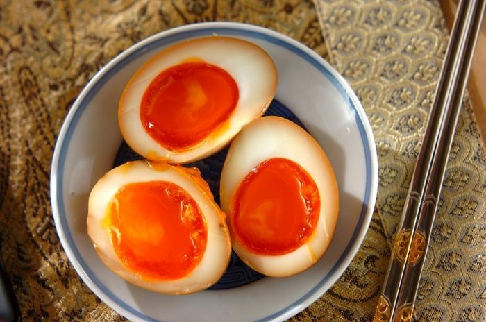 お酢・醤油・砂糖・みりんを煮立たせた煮汁に、半熟卵を漬けるだけで美味しい煮卵の完成。日持ちする上、日が経つと中まで味が染みて更に美味しくなります。 半熟卵を作るコツは、沸騰させたお湯で6分。茹で上がったらすぐに冷水で冷やすと黄身がトロッとした半熟卵ができあがります。