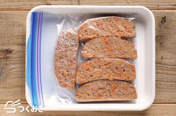 金曜日は、余り物をお皿に盛ってワンプレートディッシュにするのはいかが? 野菜が入ったミートローフは、冷凍OK。肉汁で傷みやすいので、週の後半に食べるなら冷凍がマスト。ひとつひとつをラップに包みフリージングバッグに入れて冷凍室へ。