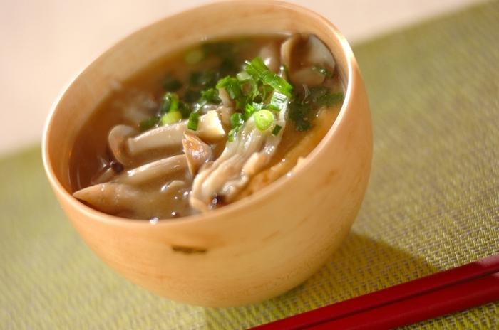 野菜が足りてないと思ったらキノコで食物繊維をプラス。冷凍しておいたキノコをサッと加えれば即席でキノコ汁の完成。キノコは旨味成分豊富で味噌汁の出汁としても優秀です。