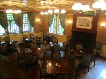 オーセンティックな雰囲気が漂う館内は、文明開化の時代を思わせる気品溢れる空間が広がります。