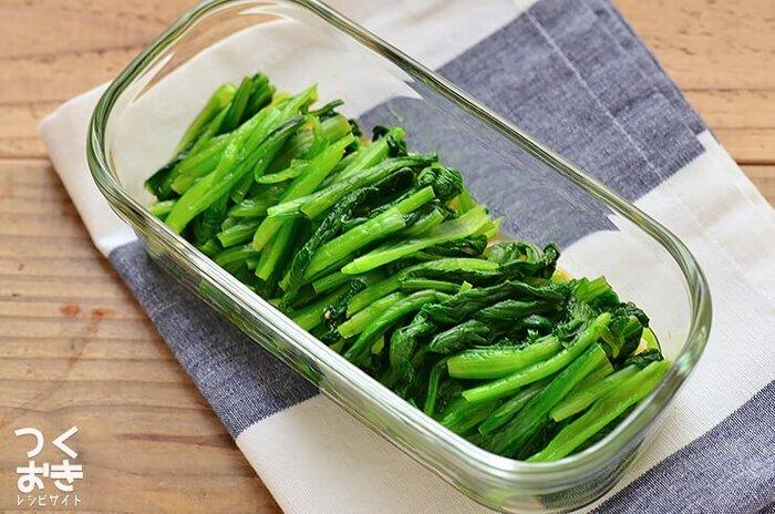 茹でた小松菜を調味料に浸したお浸し。ピリッとワサビ風味でご飯が進みます。ワサビの辛み成分に含まれるアリルイソチオシアネートは抗菌作用があることでも有名です。とはいえ、水分量の多いお浸しは4日以内には食べ切りましょう。