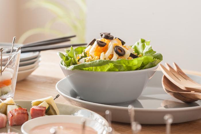 「iittala」の定番ティーマのボウルは、電子レンジもオーブンもOKなので、普段使いからおもてなしまで大活躍。程よい深さで、スープやサラダの盛り付けに◎