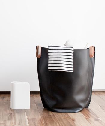 「sarasa design」のランドリーバッグは、軽くて水にも強いPVC製。使わないときはペタンとスリムに収納でき、広げればマチがたっぷり取られているので、洗濯物がたくさん入ります。底面のボタンを留めれば自立も可能です。