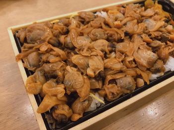 ご飯の上にこれでもかと盛られたあさりが圧巻の「深川弁当」。しっかりした味付けなのに、飽きずに最後まで美味しく食べられると評判です。