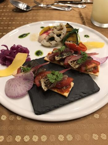 色とりどりの野菜をふんだんに使用した前菜メニュー。シェフがその時々に美味しくいただける食材で提供してくれているので、季節の味を存分に楽しめます。