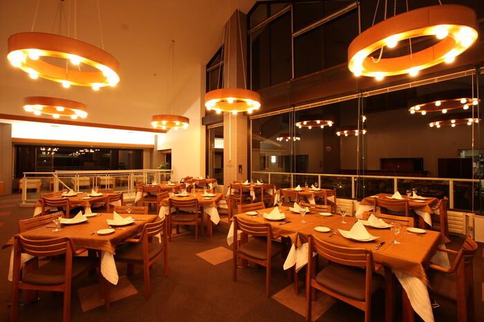 高級感漂うレストランからは、雄大な浅間山が見え、シェフが厳選した地場の食材や旬の食材を使ったフレンチ料理が味わえます。