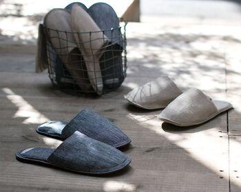「fog linen work」のスリッパは、さらっと肌触りよいリネン素材。繊維に空気が含まれているので、汗をかく夏も寒い冬も、年中快適です。裏面はレザーが使われており、歩いたときの足音も軽減してくれます。