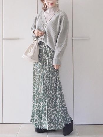 穿くだけで春めく、花柄のプリーツロングスカート。この春注目のグリーンを選べば、いち早くトレンドを意識したスタイリングに。暖かくなったら真っ白なスニーカーを合わせても素敵です。