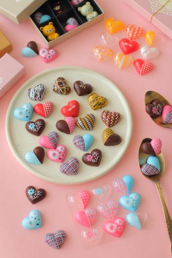 転写チョコモールドという型を使えば、簡単に転写チョコレートができます。簡単なのに見た目は市販のチョコレートと見間違えてしまうほどのクオリティです。