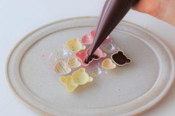 レンジで溶かしたチョコレートを型に流すだけで出来上がります。コツは溶かしたチョコレートをスプーンなどで入れるのではなく、コルネにうつして絞りだすことです。それだけで空気を含まず、きれいにチョコレートを流し入れることができます。