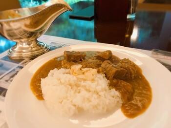 2003年に金谷ホテルの蔵の中から発見されたと言われる大正時代のカレーのレシピを再現して作られた「百年ライスカレー」。金谷ホテルの名物でもあり、本物の伝統を味わえます。