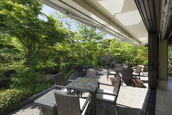 天気の良い日は、自然をダイレクトに感じられる開放的なテラスも利用可能。心地よい風と柔らかな日差しの中でいただく食事は格別です。
