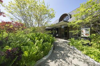 那須高原の入り口、五峰館敷地内にたたずむガーデンレストラン「しらさぎ邸」は、チーズガーデンにあるレストランです。美しい庭園、BGMやインテリアにもこだわるリラックスできる空間が広がります。