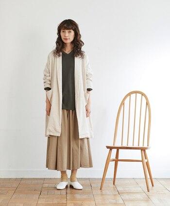 生成り色のガウンは、合わせる洋服を選ばない便利なアイテム。スカート、パンツ、ワンピース…。何に合わせても軽やかで品のある印象にまとまります。