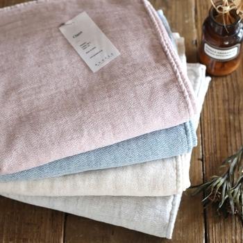 世界屈指のタオル産地として知られる愛媛県今治市。「kontex」のClaireのバスタオルは、表裏の質感が異なります。パイル部分はオーガニックコットン100%使用。ガーゼの織り地も柔らかな風合いで、お風呂上がりの体を優しく包み込んでくれます。
