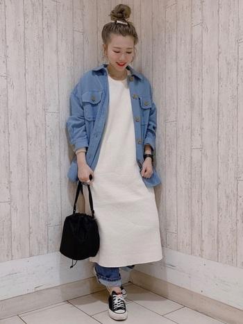 春も引き続き人気のCPOジャッケト。ブルーと白のコントラストがクリーンな印象を醸し出します。ビックシルエットでバサっと羽織ように着るのが、おしゃれに着こなすポイントです◎