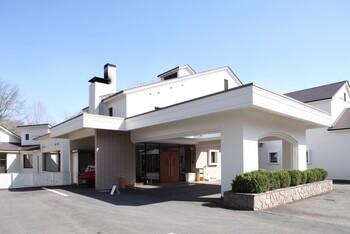 別荘地の嬬恋の里に、約5,500坪の敷地が広がる「CARO FORESTA北軽井沢リーオ」は、愛犬家に嬉しいドッグラン等を併設したホテルです。