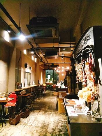 店内はとってもおしゃれ。落ち着いたインテリアや照明でも、高い天井なので開放感がありますね。