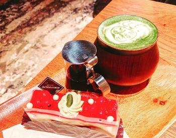 せっかくなので「ドゥ・ボン・クーフゥ」のケーキをいただきたいところです。ラテアートもかわいい!