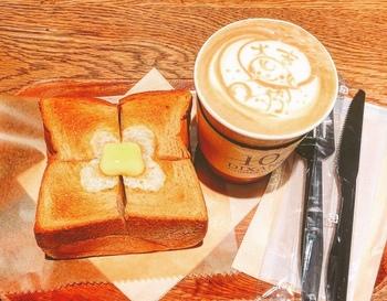 こちらのお店では厚切りトーストが人気です。ふっくらとした食感と、ほんのり甘みを感じるトーストは絶品!平日は朝8時からオープンしています。人気のお店なので、お時間に余裕のある時にどうぞ。