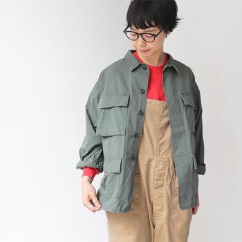 オリーブグリーンの本格ミリタリーのジャケットは、カジュアルファッションの定番アイテム。あえてメンズ仕様のオーバーサイズを選ぶのがこなれて見えるポイントです。袖を自分サイズにロールアップして、さりげなくインナー見せるの素敵。