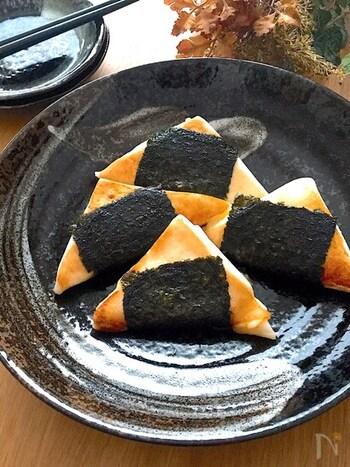 とろけたチーズをはんぺんで挟んだおつまみにぴったりな一品。フライパンを熱するので、醤油とごま油、そして海苔の香ばしい香りがたまりません*