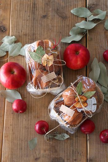 しっとりと焼き上げたマドレーヌを潰さないようにパニボアという木製の箱でラッピングしましょう。箱に入れてから透明の袋でしっかりと覆い、リボンなどでラッピングすることで、マドレーヌの食感を崩さずにプレゼントすることができます。