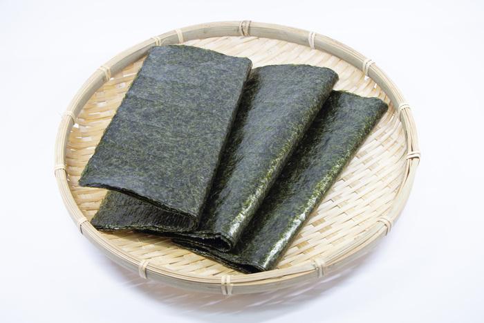 """湿気った海苔を美味しくいただく方法は・・・ずばり、""""湿気った食感""""を味わずに済むように調理すること!乾燥させたり、フライの一部と揚げ物にしたり、油で焼き上げたり、炒め物にまぜたり・・・と調理を工夫すると、""""湿気った食感""""は残さず、""""海苔の風味をいかしたまま""""美味しい料理を作れます。  しんなりした海苔を使ってもOKな、おすすめレシピをご紹介します。"""