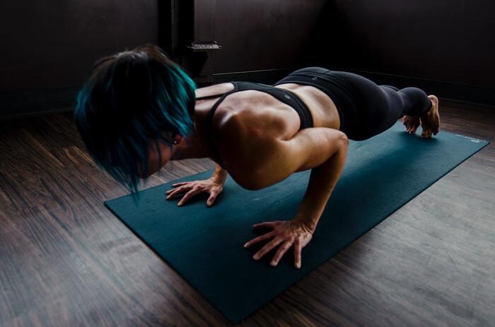 ひざを立てるだけで、シンプルな腕立て伏せです。ひざをたてても充分負荷はかかるので、効果はしっかり現れますよ。  ①腕立て伏せの姿勢になる ②そのままひざをつく ③15回腕立て伏せ