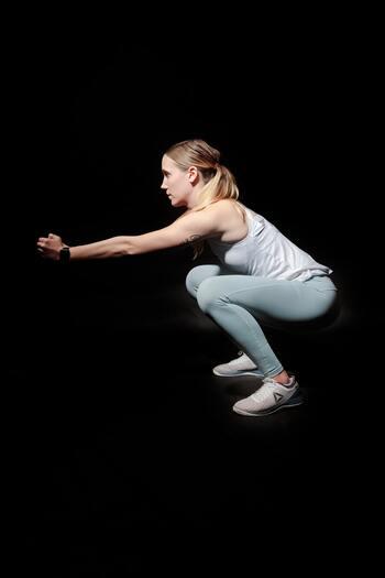 大きく足を開くのが、きれいに筋肉を鍛えるコツです。肩幅に足を開いた状態でスクワットすると、かえって太くなってしまい逆効果になることもあるのでご注意ください。  ①両足を大きく広げる ②両手は胸の前で合わせる ③息を吐きながら、お尻を突き出すように屈伸していく ④息を吸いながら、②に戻る ②~④を繰り返します。最初は10回がんばりましょう。