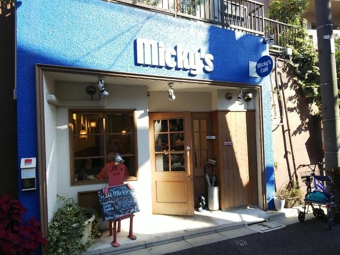 春日駅A2出口から歩いて3分ほどのところにある、「ミッキーズ カフェ(Micky's Cafe)」は地元の方にも愛され、リピーターが多いお店。青い看板が目印です。
