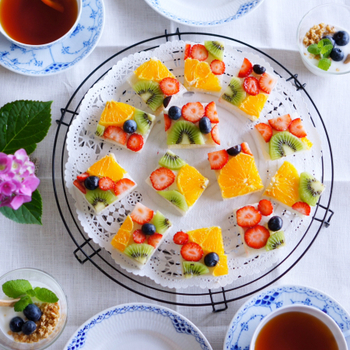 人気のフルーツサンドも断面を見せることで、お皿がパッと華やぎワンランク上のプレートに。断面見せは、特別感を演出するとっておきのテクニックです。