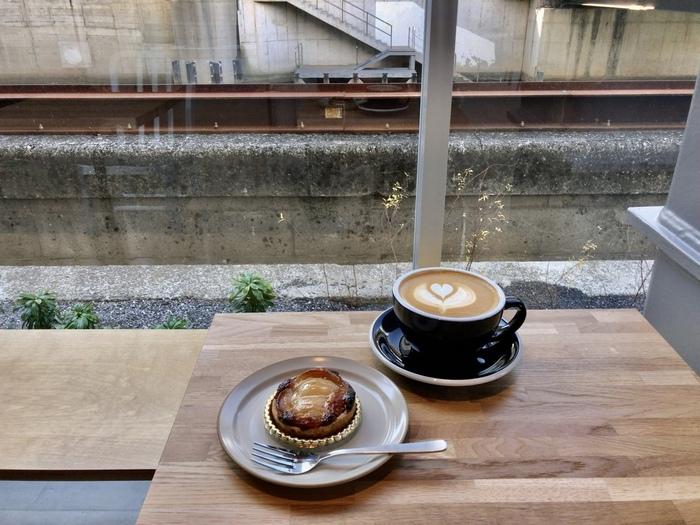 丁寧なラテアートにたっぷりサイズのカフェラテがおすすめです。広々とした店内も居心地満点。つい長居をしてしまいそう。朝7時からオープンしているので、早朝に用事のある人も立ち寄れますよ。