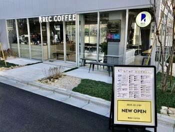 水道橋駅西口から徒歩2分ほど、新三崎橋のそばにある「レック コーヒー 水道橋店(REC COFFEE)」は2019年12月にオープンしたばかりの新しいお店。福岡地域で人気のカフェが東京に出店しています。