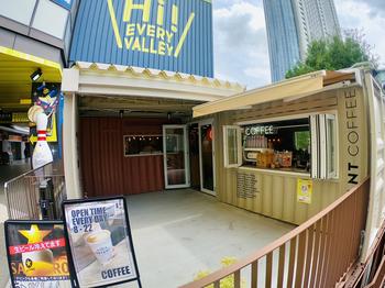 水道橋駅西口からドームへ向かい、歩道橋を歩いて黄色いビルのところにあるのが「ブライアントコーヒー(BRYANT COFFEE)」。以前は松陰神社エリアで人気だったお店が移転してきています。