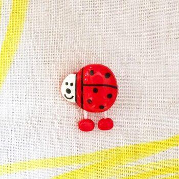 丸いフォルムから構成されたドイツのてんとう虫ボタン。