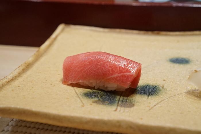 バランスが大切だと考える「握りへのこだわり」と、日本伝統を重んじた内装の「舞台へのこだわり」。何もかもが素晴らしい日本らしいおもてなしと、目の前で職人が握る美味しくも美しいお寿司を心ゆくまで堪能しませんか?