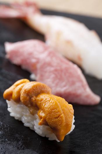 銀座一丁目駅から徒歩すぐの「おたる政寿司銀座」。北海道・小樽で80年以上続く老舗寿司店の味を東京でも味わってほしいという気持ちから誕生しました。