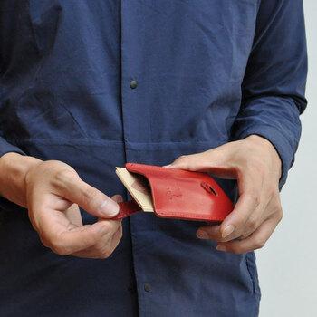 表面のパーツを引っ張るとカードがスライドし、スムーズに取り出せる仕組みになっています。名刺交換もスマートで、ちょっとした話題にもなりそうです。