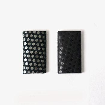 凸凹で模様を表現した「所作」のドット柄カードケースは、漆塗りのような質感と独特の触り心地が特徴。ボタンなどはないシンプルな三つ折りデザインです。