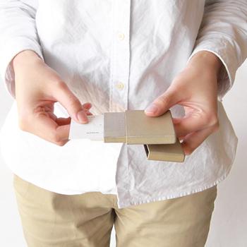 薄型のボックスのようなカードケースは、10点のパーツを組み、漆を丁寧に塗り重ねることで強度を高めています。上質感があり、フタの開け閉めもスムーズで心地よい感触です。